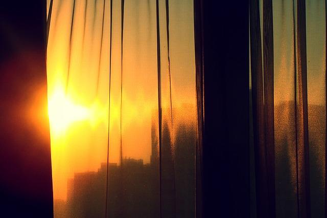 západ slunce za oknem.jpg