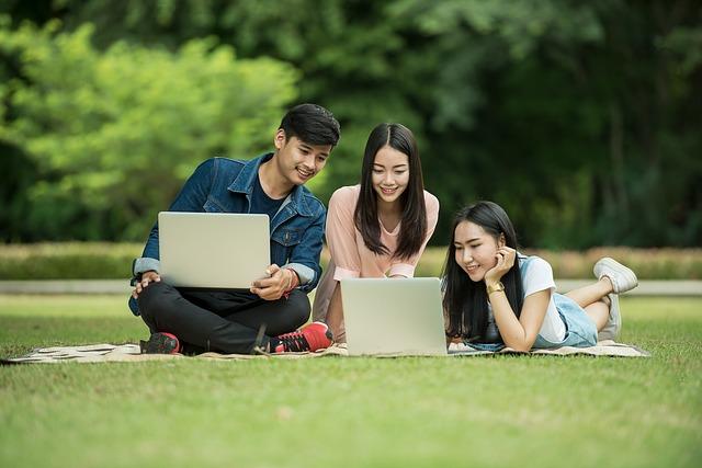 tři studenti.jpg