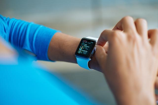 žena a smart hodinky
